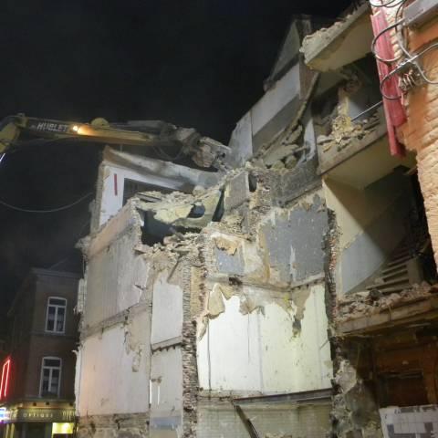 Nonet mène une démolition nocturne en plein centre-ville de Namur dans la rue de Fer