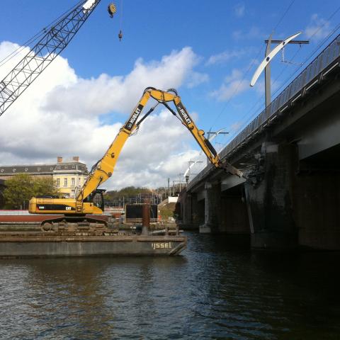 Travaux de démolition du pont du Luxembourg sur la Meuse